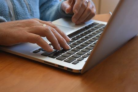 manos y teclado de computadora portátil Foto de archivo