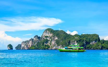 Лодка в андаманском море Острова Пхи-Пхи Краби Таиланд.