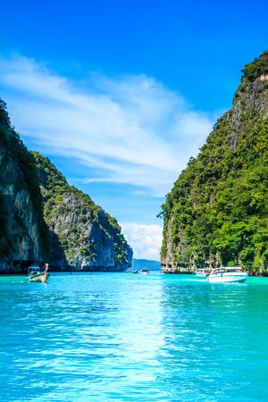 Лодка в MAYA Bay Phi Phi Islands Андаманское море Краби Таиланд. Фото со стока