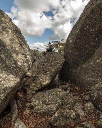 scrambling: Uomo prendendo una pausa dal trekking, Girraween National Park, Australia Archivio Fotografico