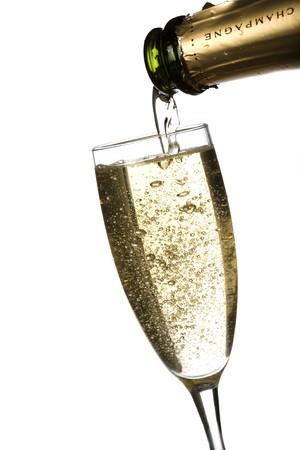 Champagne gegossen in eine Flöte, isoliert auf weißem Hintergrund.