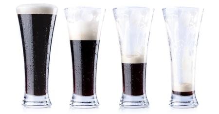 botellas vacias: Cuatro vasos de cerveza en distintas etapas, de lleno al vacío
