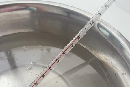 proces van handgemaakte zeep, het meten van de temperatuur van de loogoplossing Stockfoto
