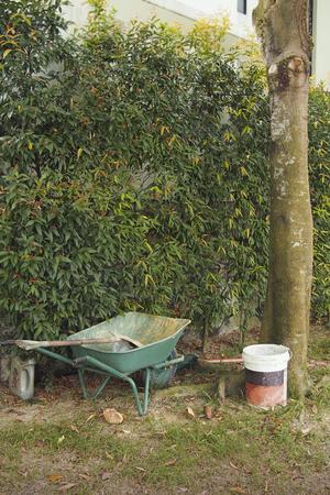A spade and wheelbarrow in the garden Standard-Bild