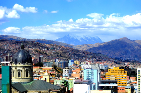 Cityscape of La Paz, Capital of Bolivia with Illimani Mountain rising in the background Imagens