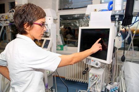 バイタル サイン、心拍数、パルス、ICU (集中治療室) に病気の患者の低動脈圧モニター
