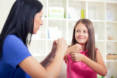 Glimlachend doof meisje leren gebarentaal