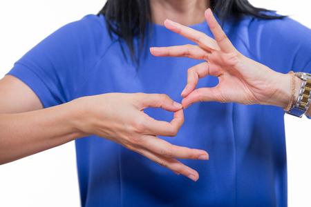手話、クローズ アップの分離のホワイトを使って聴覚障害者の女性