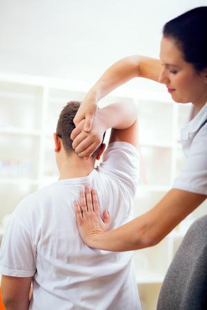 男性患者の調整を行うカイロプラクター