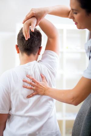 Chiropractor doen voor aanpassing van mannelijke patiënt