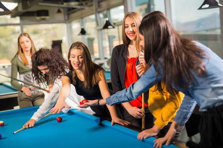 jeu de la piscine. groupe d'amis jouant au billard ensemble.