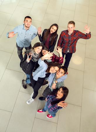 Groep studenten in de hal van de universiteit, van bovenaf te bekijken. selectieve aandacht