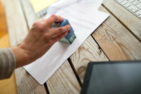 validity: Mano femenina estampaci�n documento, trabaja en la oficina