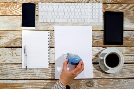 validez: Mano femenina estampación documento, trabaja en la oficina
