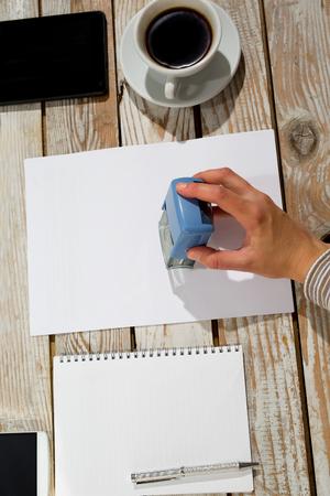 validez: Mano femenina estampaci�n documento, trabaja en la oficina