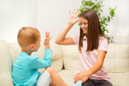 형제와 자매는 집에서 수화를 배운다.