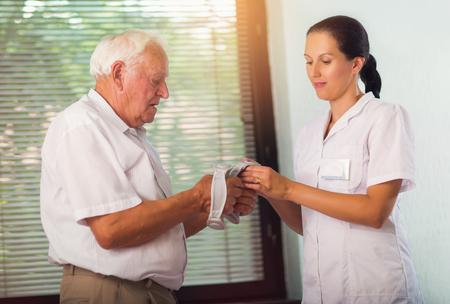Hombre mayor con pesas en rehabilitación con un fisioterapeuta