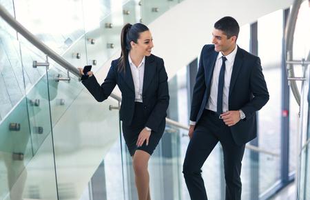 Twee zakenlui die spreken aangezien zij in het bureau lopen