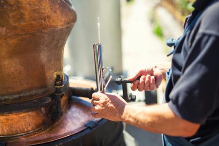 Traditionele zelfgemaakte distilleerderij voor het maken van brandewijn