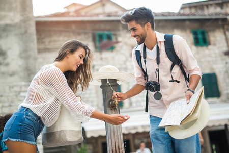 Young couple of tourist near a drinking fountain with water 版權商用圖片 - 87489097