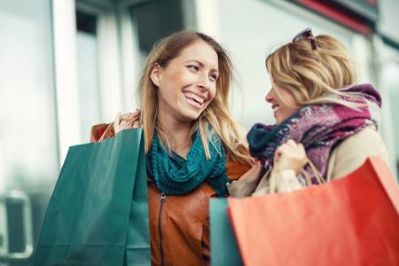 행복 한 친구 쇼핑입니다. 두 아름 다운 젊은 여자 도시에서 쇼핑을 즐기고. 스톡 콘텐츠