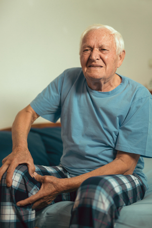 Senior man with osteoarthritis pain 版權商用圖片 - 89468627