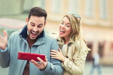 Frau überraschend ihren Freund mit einem Geschenk