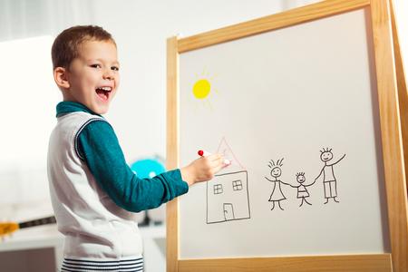 Mignon petit garçon dessin sur tableau blanc avec stylo à bille et le concept de l & # 39 ; été de bon Banque d'images - 91198884