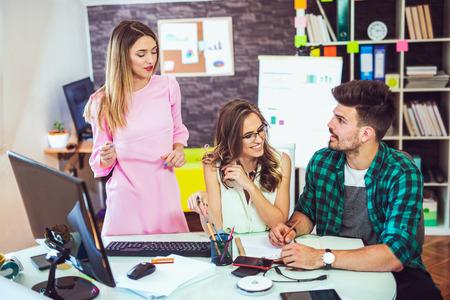 Groupe de jeunes collègues d'affaires dans une discussion informelle d'équipe, une réunion d'affaires de projet de démarrage ou un concept de remue-méninges de travail d'équipe heureux