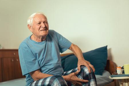 Uomo anziano con osteoartrite dolore al ginocchio Archivio Fotografico - 92176571