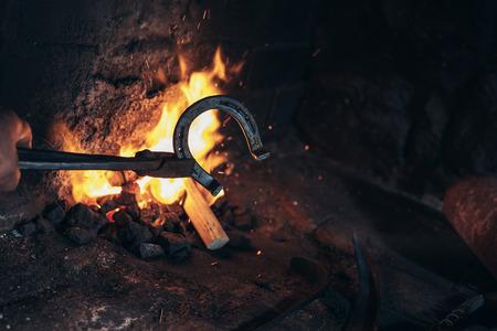 Smid smeden een hoefijzer