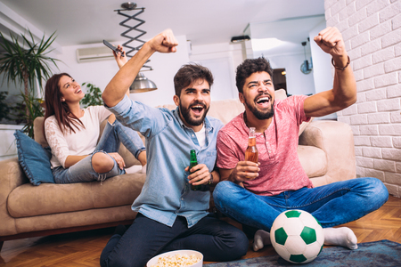 Groep van multi-nationale voetbalfans juichen