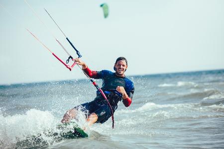 Kitesurfing Kiteboarding action photos homme parmi les vagues va vite Banque d'images