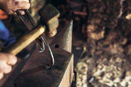 Blacksmith forging a horseshoe Фото со стока - 98317945