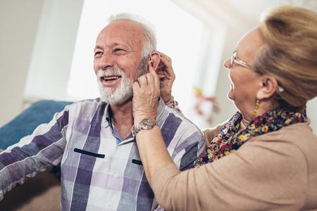 Hombre y mujer mayores o jubilados con problemas de audición Foto de archivo