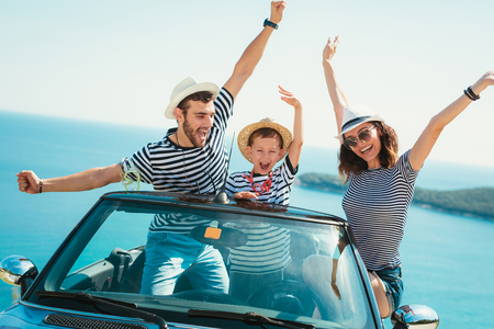 Viaje familiar feliz en coche hasta el mar. Gente divirtiéndose en cabriolet. Concepto de vacaciones de verano