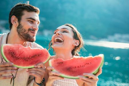 Joyeux couple tenant des tranches de pastèque Banque d'images