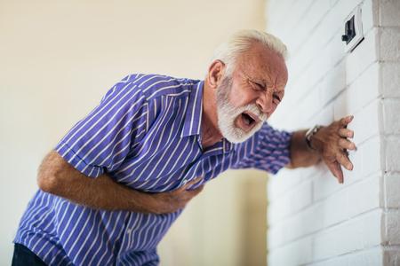 Uomo maggiore che soffre di infarto a casa