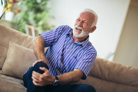 Senior man with chronic knee problems and pain Banque d'images