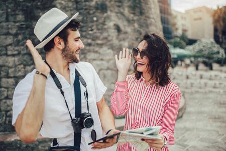 Tourist couple enjoying sightseeing and exploring city 스톡 콘텐츠
