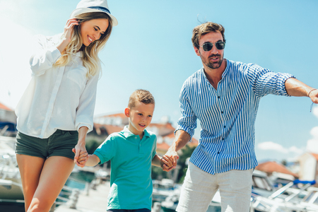 Happy family having fun, enjoying the summer time by the sea. Banque d'images