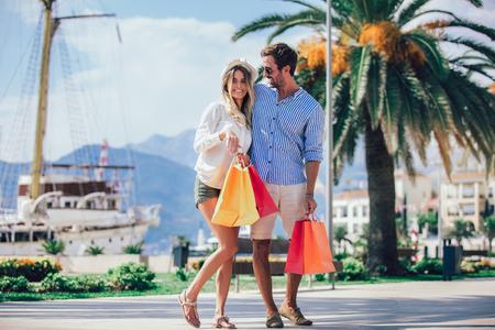 Coppia divertirsi all'aperto mentre si fa shopping insieme