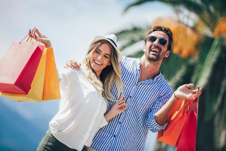 Coppia divertirsi all'aperto mentre si fa shopping insieme Archivio Fotografico