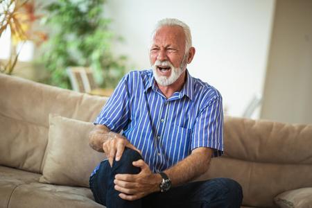 Man avec des problèmes de genou chroniques et de la douleur