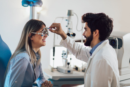 Optiker, der das Sehvermögen und die Sehkorrektur des Patienten überprüft