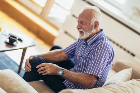 Älterer Mann mit chronischen Knieproblemen und Schmerzen