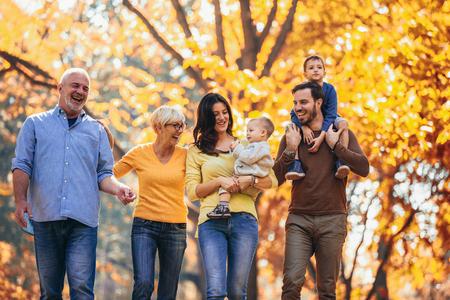 Famiglia della generazione Multl nel parco d'autunno divertendosi