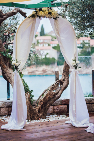 Forged wedding arch. Wedding on the sea 스톡 콘텐츠 - 113634709