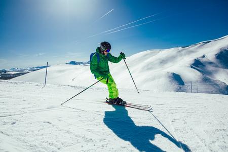 Junger Athlet Freestyle Skier hat Spaß beim Downhill in schöner Landschaft an einem sonnigen Tag während der Wintersaison winter Standard-Bild