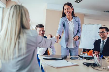 Femmes d'affaires se serrant la main dans la salle de réunion. Mise au point sélective.
